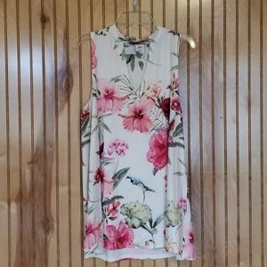 Tops - Floral top with keyhole cutout  - Like new!